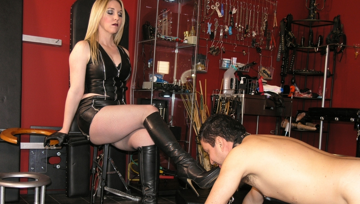 Watch or Download - Theenglishmansion - Mistress Sidonia - Stockade Punishment Complete - toilet slave training, HUMILIATION, JOI - Release [23-08-2017]